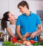 Paare, die Gemüse an der Küche kochen Stockbilder