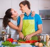 Paare, die Gemüse an der Küche kochen Stockbild