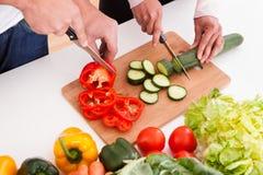 Paare, die Gemüse hacken lizenzfreies stockfoto