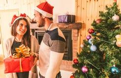 Paare, die Geschenke für Weihnachten teilen stockfotos