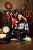 Paare, die Geschenke am Weihnachten austauschen stockfoto