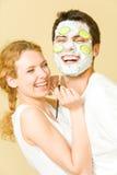 Paare, die Gesichtsmaske herstellen Stockfotografie