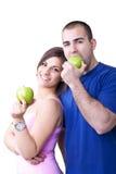 Paare, die gesunde Äpfel essen Stockbilder