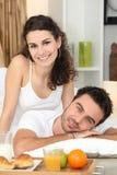 Paare, die gesundes Frühstück genießen Stockbild