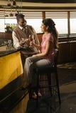Paare, die Getränke rösten. Lizenzfreies Stockbild