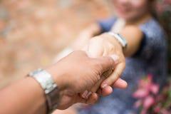 Paare, die Hände anhalten Stockfotos