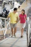 Paare, die am Hafen gehen Stockfoto