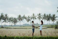 Paare, die Hand halten und sich gegenüberstellen lizenzfreies stockbild