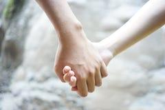 Paare, die Hand halten stockbild
