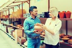 Paare, die Haupttellerwaren wählen lizenzfreies stockbild