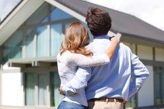 Paare, die Haus betrachten Stockfoto