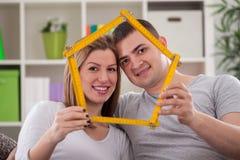 Paare, die Haus halten Stockfotografie