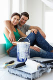 Paare, die Haus verzieren Stockfotos