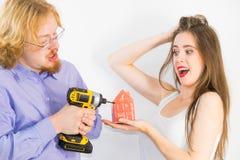 Paare, die an Hauserneuerung denken stockbild