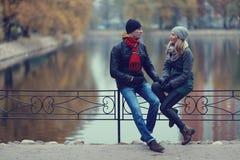Paare, die in Herbstpark gehen Lizenzfreie Stockfotos