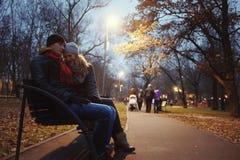 Paare, die in Herbstpark gehen Stockfoto