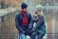 Paare, die in Herbstpark gehen Lizenzfreie Stockbilder