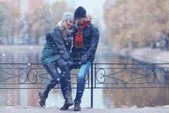 Paare, die in Herbstpark gehen Stockfotografie