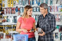 Paare, die herein Zangen durch Smartphone zahlen Lizenzfreies Stockfoto