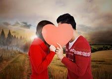 Paare, die Herz gegen Landszene halten Stockbilder