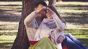 Paare, die Herz mit ihren Händen zeigen stock video