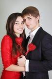 Paare, die Herzen auf einem Stock halten stockbilder
