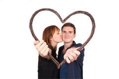 Paare, die Herzform halten Stockbild