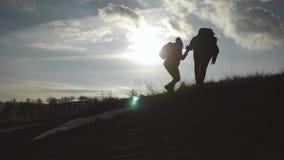 Paare, die Hilfe Schattenbild in den Bergen wandern Die wandernden Teamwork-Paare, helfen sich, vertrauen Unterstützung, Sonnenun stock video