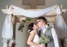 Paare, die am Hochzeitstag küssen Stockfotografie