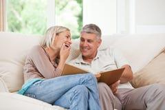 Paare, die ihr Foto betrachten Stockbild