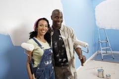 Paare, die ihr neues Haus malen lizenzfreies stockfoto
