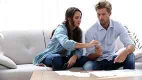 Paare, die ihre Finanzen ausarbeiten stock video footage