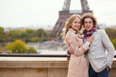 Paare, die ihre Flitterwochen in Paris aufwenden Stockfotos