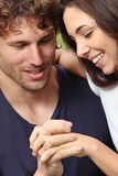 Paare, die ihre Hände schauen Lizenzfreie Stockbilder
