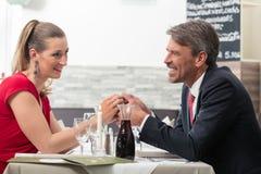 Paare, die ihre Hand halten stockbild