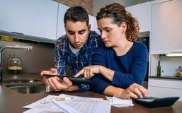 Paare, die ihre Konten mit einem digitalen wiederholen Lizenzfreies Stockbild