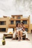 Paare, die ihre Sommerferien genießen Stockbild