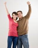 Paare, die ihrem Erfolg zujubeln und feiern Stockbild