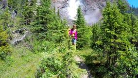 Paare, die im Berg 4k wandern stock footage