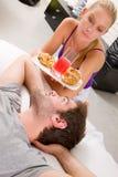 Paare, die im Bett frühstücken Stockfotos
