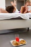 Paare, die im Bett frühstücken Lizenzfreies Stockfoto