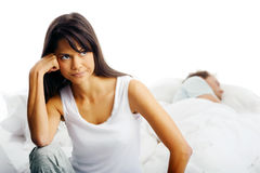 Paare, die im Bett kämpfen Stockfotografie