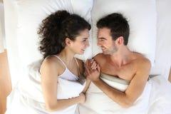 Paare, die im Bett liegen Lizenzfreies Stockbild