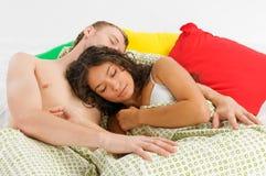 Paare, die im Bett schlafen Stockbild