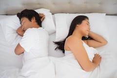 Paare, die im Bett schlafen Stockfotos