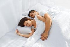 Paare, die im Bett schlafen Stockfotografie