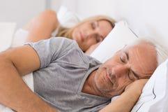 Paare, die im Bett schlafen Lizenzfreie Stockfotos