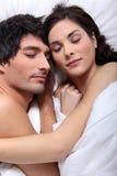 Paare, die im Bett sich anschmiegen lizenzfreies stockbild