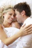 Paare, die im Bett sich entspannen lizenzfreie stockfotografie