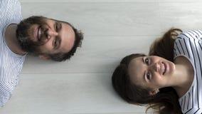 Paare, die im Boden liegen Stockbilder
